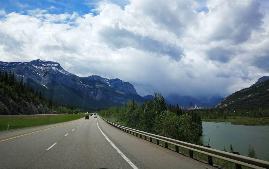 班芙路段的Trans-Canada 1 公路(小视频30秒)